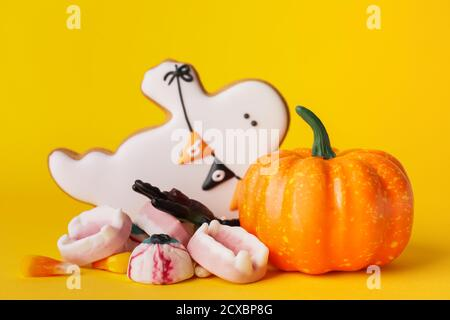 Sabrosas delicias para Halloween sobre fondo de color