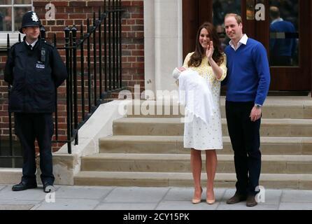 La británica Catherine, duquesa de Cambridge, tiene a su hija fuera del ala Lindo del Hospital St Mary, en Londres, Gran Bretaña, 2 de mayo de 2015. La duquesa de Cambridge, dio a luz a una chica el sábado, el segundo hijo de la pareja y una hermana del príncipe George de un año. REUTERS/Suzanne Plunkett