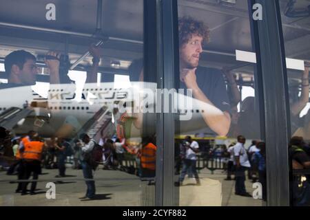 Israelíes evacuados de Nepal se encuentran a bordo de un autobús después de aterrizar en el aeropuerto internacional Ben Gurion cerca de Tel Aviv, Israel 28 de abril de 2015. REUTERS/Amir Cohen