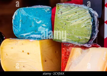 Diferentes tipos de queso para la venta en el mercado