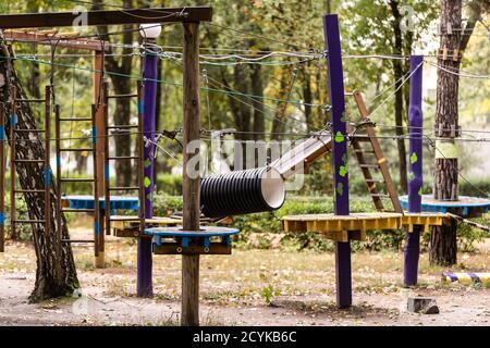 parque de cuerdas vacío en el bosque