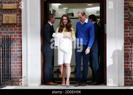 El príncipe Guillermo de Gran Bretaña y su esposa Catherine, duquesa de Cambridge, aparecen con su hija pequeña fuera del ala Lindo del Hospital St Mary, en Londres, Gran Bretaña, 2 de mayo de 2015. La duquesa de Cambridge, dio a luz a una chica el sábado, el segundo hijo de la pareja y una hermana del príncipe George de un año. REUTERS/Suzanne Plunkett