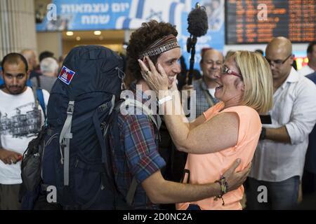 Un israelí (L) evacuado de Nepal es recibido por su madre después de aterrizar en el aeropuerto internacional Ben Gurion cerca de Tel Aviv, Israel 28 de abril de 2015. REUTERS/Amir Cohen