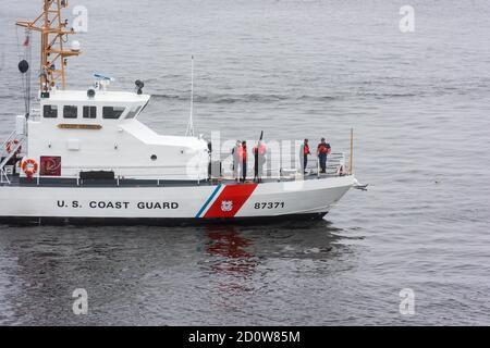 Boston, Massachusetts. 13 de junio de 2017. Barco de la Guardia Costera DE EE.UU. En Sail Boston Parade of Sail at Sail. Fotografiado desde la isla USS Whidbey. Foto de stock
