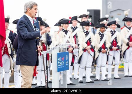 Boston, Massachusetts. 13 de junio de 2017. Ex Secretario de Estado John Kerry hablando en Sail Boston. Fotografiado desde la isla USS Whidbey.