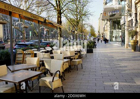 Königsallee en el centro de Düsseldorf durante el cierre de Corona. Por lo general es una de las calles comerciales más concurridas de Alemania.