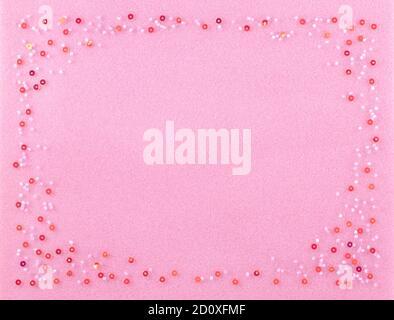 Hermoso conjunto perlas en un esponjoso suave color rosa de fondo rojo decorado con brillantes lentejuelas.
