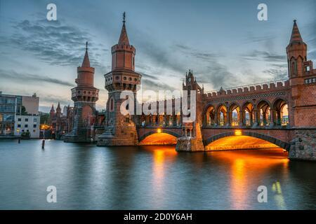 El hermoso puente Oberbaum en Berlín al atardecer