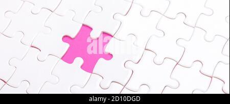 Rompecabezas blanco con una pieza que falta y rosa Fondo - imagen