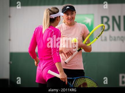 Marta Kostyuk de Ucrania y Aliaksandra Sasnovich de Bielorrusia jugando dobles en el Roland Garros 2020, Grand Slam torneo de tenis, el próximo mes de octubre