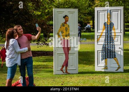 Londres, Reino Unido. 5 de octubre de 2020. Lubaina Himid, cinco conversaciones, 2019 - Frieze Sculpture, la mayor exposición al aire libre en Londres. Obra de 12 artistas internacionales destacados en Regent's Park del 5 de octubre al 18 de octubre en un escaparate gratuito. Crédito: Guy Bell/Alamy Live News
