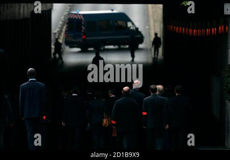 The jury from the Coroner's inquest into the deaths of Diana, Princess of Wales and Dodi Al Fayed enter the Pont de l'Alma tunnel in Paris October 8, 2007, where the Mercedes the couple were travelling in crashed.      REUTERS/Cathal McNaughton/Pool   (FRANCE)