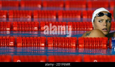 El francés Laure Manaudou descansa durante una sesión de entrenamiento de natación en el Campeonato Mundial de Acuaticos en Melbourne el 23 de marzo de 2007. REUTERS/Tim Chong (AUSTRALIA)