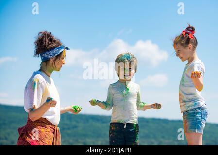 Niños pequeños con pintura colorida. Grupo de niños disfrutando jugando con polvo de colores y salpicaduras de polvo de colores. Foto de stock