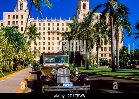 Coche clásico americano estacionado en el Hotel Nacional de Cuba, la Habana