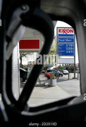 Un asa de bomba de gas se ve en una estación de gas de Exxon en Portland, Oregon 26 de abril de 2007. Exxon Mobil Corp informó el jueves que sus ganancias del primer trimestre aumentaron más de un 10 por ciento, ya que las mayores ganancias de sus unidades de refinación y química superaron a los menores precios del petróleo y el gas. REUTERS/Richard Clement (ESTADOS UNIDOS)