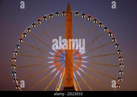 Plaza de la Concordia por la noche. Noria y obelisco egipcio. París (Francia).