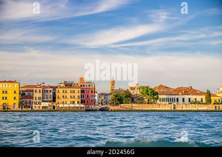 Terraplén de Fondamenta Zattere Ai Gesuati en Venecia centro histórico Dorsoduro sestiere, vista desde el agua del canal de Giudecca, región del Véneto, norte de Italia