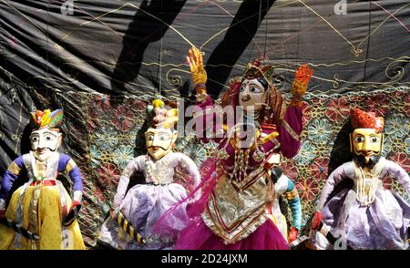 Coloridas muñecas de marionetas Rajasthani de Jaisalmer. Espectáculos de títeres tradicionales en Rajasthan es una atracción turística popular.