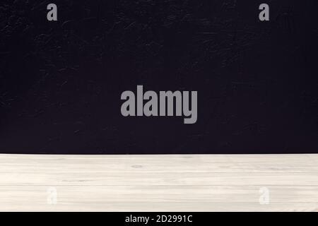 Mesa de mesa de madera blanca vacía sobre fondo de pared con textura negra. Plantilla de simulación. Espacio de copia