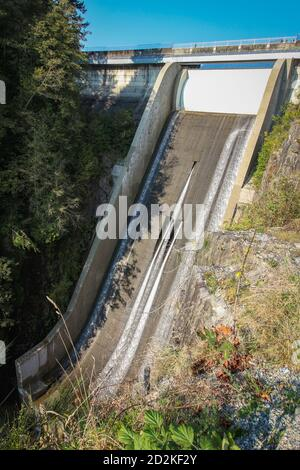 Cleveland Dam by Capilano Lake en North Vancouver, BC. Vista vertical sobre la presa alta con agua corriente.