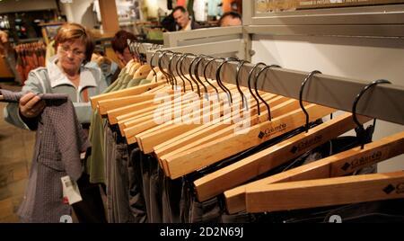 Los clientes compran en la tienda insignia de Columbia Sportswear en Portland, Oregon 26 de abril de 2007. El fabricante de ropa de exterior Columbia Sportswear dijo el jueves que las ganancias netas trimestrales aumentaron un 34 por ciento, por encima de las estimaciones de los analistas, pero una perspectiva decepcionante de ventas y ganancias para todo el año y órdenes de caída inferiores a lo esperado hizo que las acciones bajaran casi un 6 por ciento. REUTERS/Richard Clement (ESTADOS UNIDOS)