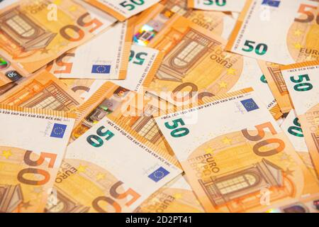 Texto de fondo de cincuenta billetes en euros. Enfoque selectivo.