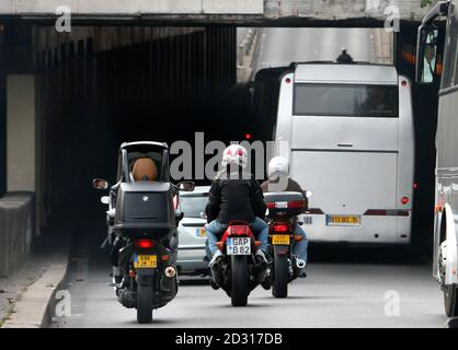 The coach carrying the jury from the Coroner's inquest into the deaths of Diana, Princess of Wales and Dodi al-Fayed enters the Pont de l'Alma tunnel in Paris October 8, 2007, where the Mercedes the couple were travelling in crashed.      REUTERS/Stephen Lock/Pool  (FRANCE)