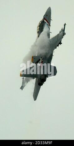 Un Boeing F/A 18F de la Marina de los EE.UU. En acción en la feria internacional de Farnborough en Hampshire.