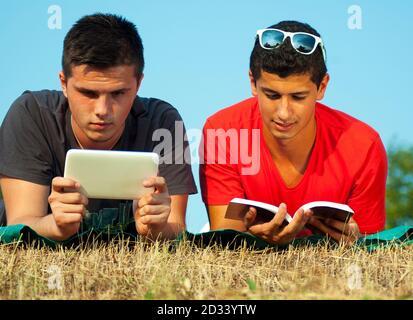 Grupo de estudiantes se divierten y aprenden usando el libro y. tableta