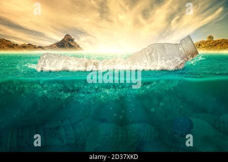 Botella de plástico flotando sobre el mar contaminando el ecosistema sobre un fondo cálido. Concepto ecológico, salud y cuidado ambiental. Renderizado en 3D.