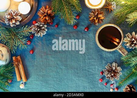 Copa de bebida caliente sobre fondo de Navidad. Noche acogedora, taza de vino caliente, Navidad