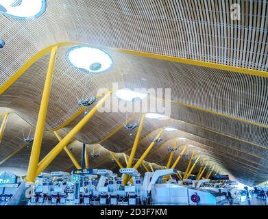Terminal T4 en el aeropuerto de Barajas diseñado por Antonio Lamela y Richard Rogers. Madrid, España