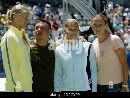 Nacida en Rusia, australiana naturalizada, la campeona de boxeo de World Light Welterweight Kostya Tsyzu (2da-L) mira a la tenista rusa Elena Dementieva (L) que se une a los compatriotas Vera Zvonareva (3ra-L) y Elena Likhovtseva (R) para una oportunidad de hacer fotos en la cancha central durante el Sydney International Tennis Tournament en Sydney Janury 11, 2005. Tsyzu está programado para defender su título mundial más adelante en el año, mientras que las mujeres rusas competirán en el primer Grand Slam de la temporada, el Abierto de Australia en Melbourne a partir del 17 de enero de 2005. REUTERS/will Burgess WB