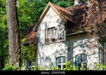 casa del siglo xix con techo de baldosas. Detalles de la fachada frontal, hermosa casa antigua en el bosque.