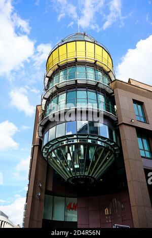 Detalle arquitectónico (cilindro de vidrio) del centro comercial 'Schadow-Arkaden' en el centro de Düsseldorf, cerca de Königsallee.