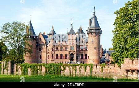 Castillo el Haar y los alrededores, pared, foso y jardines en un día soleado. Lado de entrada del edificio. Haarzuilens, Utrecht, países Bajos. Foto de stock