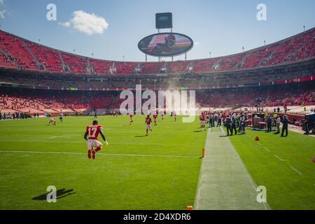 Kansas City, Estados Unidos. 11 de octubre de 2020. Mecole Hardman (17) se calienta antes del partido contra los Raiders de las Vegas en el estadio Arrowhead en Kansas City el domingo 11 de octubre de 2020. Foto de Kyle Rivas/UPI crédito: UPI/Alamy Live News