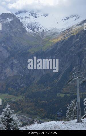 Vista de Kandersteg y, en primer lugar, de camino a Oeschinensee, una vista fantástica con una sensación de libertad en los alpes suizos en el cantón de Berna Foto de stock