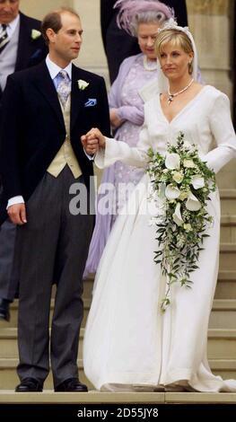 El Príncipe Eduardo y su nueva novia Sophie dejan la Capilla de San Jorge en Windsor después de su boda el 19 de junio. Buckingham Palace anunció antes de la boda que la pareja en el futuro será conocido como el conde y la condesa de Wessex. CV Foto de stock