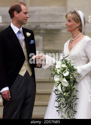 El Príncipe Eduardo y su nueva novia Sophie dejan la Capilla de San Jorge en Windsor después de su boda el 19 de junio. Buckingham Palace anunció antes de la boda que la pareja en el futuro será conocido como el conde y la condesa de Wessex. CV/PS Foto de stock
