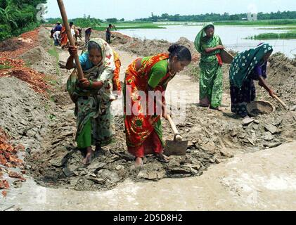 Mujeres bangladesíes trabajan en un proyecto de construcción de carreteras cerca de la capital de Bangladesh, Dhaja, el 8 de marzo, el día Internacional de la Mujer. [El día se centró en la difícil situación de las mujeres en todo el mundo, especialmente en los países en desarrollo donde las mujeres son gravemente discriminadas contra los hombres en las esferas del trabajo y la seguridad social. ]