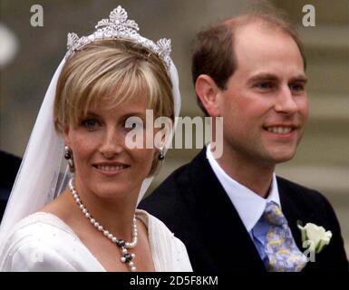 El Príncipe Eduardo y su novia Sophie dejan la Capilla de San Jorge en Windsor después de su boda el 19 de junio. Buckingham Palace anunció antes de la boda que la pareja en el futuro será conocido como el conde y la condesa de Wessex. CV Foto de stock