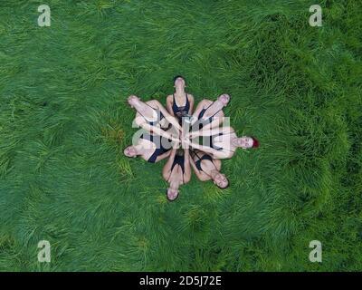 Grupo de mujeres polo-baile en la naturaleza.