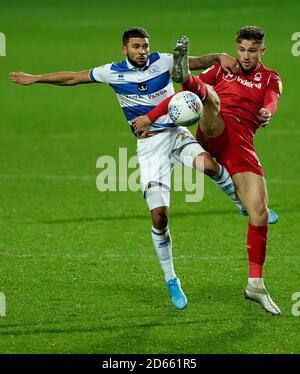 Massimo Nakhi Wells de Queens Park Rangers (izquierda) y Matty Cash de Nottingham Forest luchan por el balón