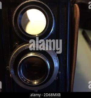 AA primer plano de una vieja cámara de película de época con dos lentes Foto de stock