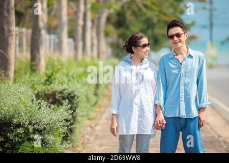 Parejas jóvenes felices caminando juntas. Foto de stock