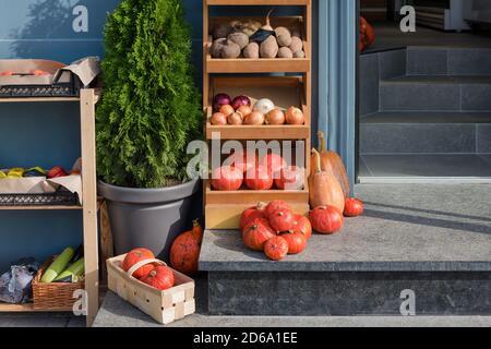 Frutas y verduras frescas en el mostrador del mercado de madera. Mercado local, productos de jardín, comida limpia y dieta concepto. Mercado de agricultores, alimentos orgánicos