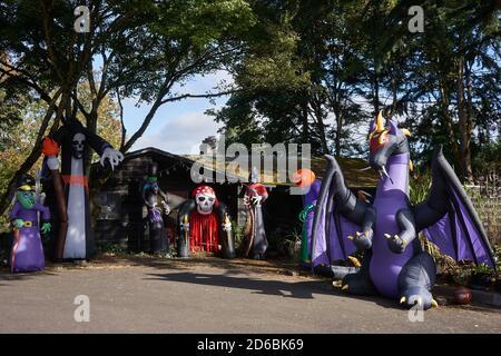 Casa decorada para Halloween con varias decoraciones inflables al aire libre en Lake Oswego, Oregon.