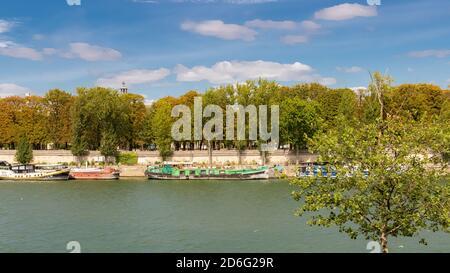 París, las orillas del Sena en el puente Alexandre III, con casas flotantes en el río
